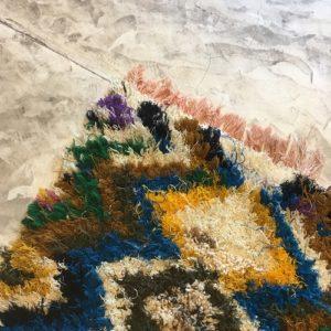 Boucherouite n°1189 - Jungle, tapis berbère, fait à la main, moroccan rugs, blanc et motifs colorés, rag rug, emerald green, couloir, home, interior design, décoration moderne