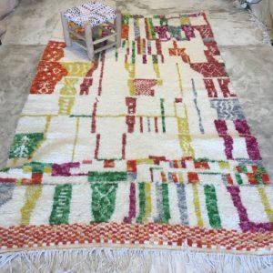 Azilal n2006 - Sweet pepper, tapis en laine, blanc, motifs coloré, moroccan rugs, azilal type of rug, deco, furniture, chambre, couleurs naturelles, marrakech crafts