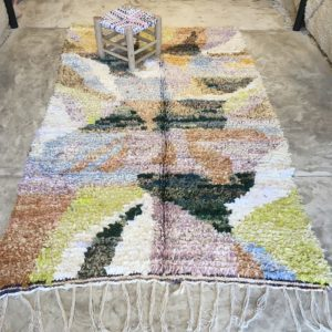 Boucherouite n°2010 - Jardin d'hiver, tapis berbère, fait à la main, moroccan rugs, blanc et motifs colorés, rag rug, emerald green, home, interior design, décoration moderne