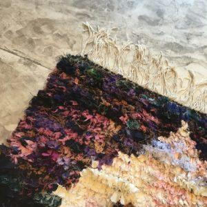 Boucherouite n°2021 - Prune, tapis coloré, chutes de coton, modern, déco & design d'intérieur, tableau, marrakech artisanat