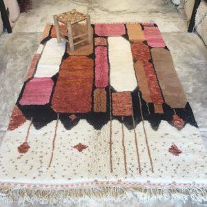 Beni Ouarain n°2039 - Disco, tapis marocain, laine, noué, blanc et motifs coloré,handmade, room rug, contemporain, salon marocain, tapis du montagnes d'atlas, berber handicrafts, soft wool, deco, home design