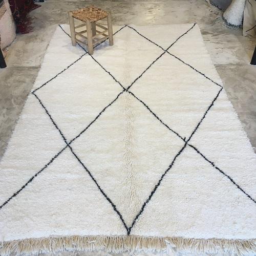Beni Ouarain n°2032 - Flocon, laine, épais, blanc, losanges en noir, doux, tapis marocain, interior design, salon modern, chambre, deco, soft rugs, marrakech