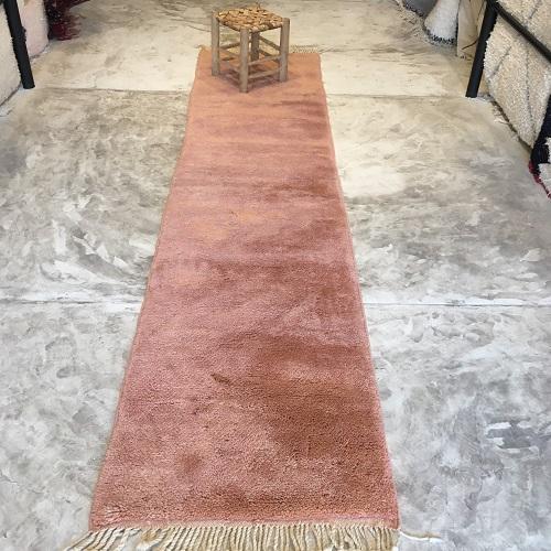 Beni Mrirt n°2033 - Blush, soft wooly rug, couleurs blushy, moroccan rug, achitecture digest, deco d'intérieur, tapis fait à la main, artisanat du maroc, marrakech, couloir, peach tapis