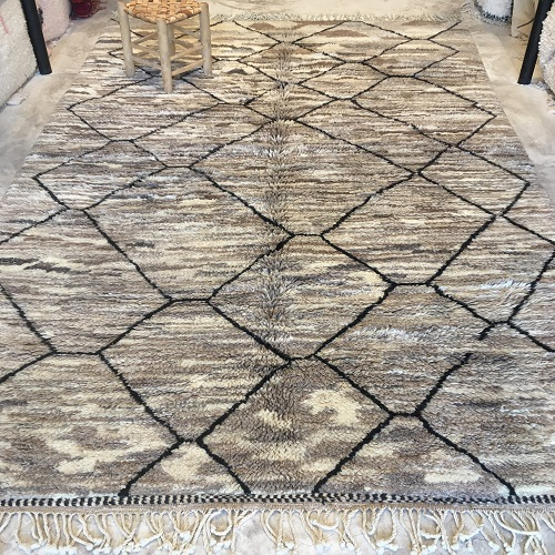 Beni Mrirt n°2035 - Graou, soft wooly rug, couleurs taupe, creamy, moroccan rug, achitecture digest, deco d'intérieur, tapis fait à la main, artisanat du maroc, marrakech, salon contemporain, gris tapis