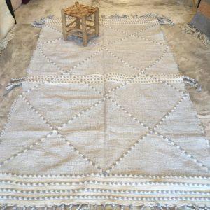 Zanafi n°2024 - Pigeon, tapis tissé, noie, laine, handmade, moroccan rug, furniture, deco, entrée, kids room, artisanat de marrakech, motifs blancs, design d'intérieur