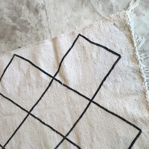 Kilim n°448 - Echelle, tapis berbère, laine, tressé à plat, handmade, couloir, blanc et noir, marrakech artisanat, deco, home, design d'intérieur, maroc, atlas mountains rug