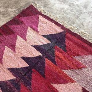 Kilim Boucherouite N°607 - Cerisier, rose, chutes de coton, marrakech artisanat, tapis berbère, marrakine, tapis chambre, MA