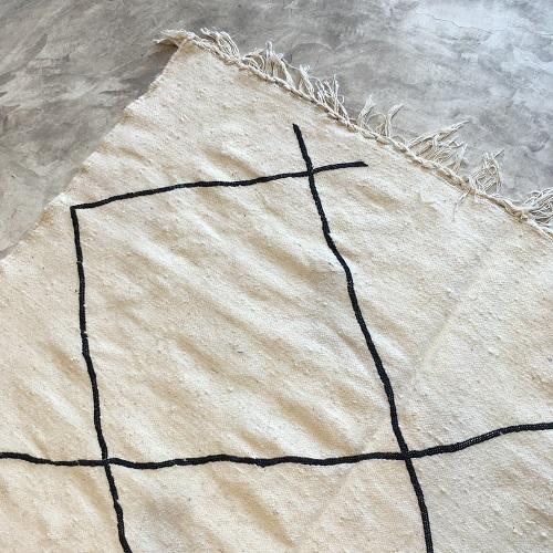 Kilim n°666 - Réglisse, tapis marocain, handmade, blanc et noir, wool, tressé à plat, artisanat du maroc, home, salon moderne, interior design