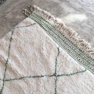 Beni Ouarain n°782 - Bambou, blanc et vert kaki, handmade rug, noué, tapis berbère, moroccan crafts, deco, canapé, atlas rugs, design d'intérieur