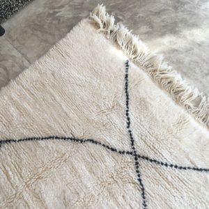 Beni Ouarain n°780 - Flocon, laine, épais, blanc, losanges en noir, doux, tapis marocain, interior design, salon modern, chambre, deco, soft rugs, marrakech