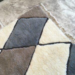Beni Mrirt n°793 - Taupe, soft wooly rug, couleurs taupe, creamy, moroccan rug, achitecture digest, deco d'intérieur, tapis fait à la main, artisanat du maroc, marrakech, salon contemporain, bleu gris tapis