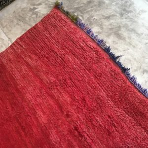 Beni Mguild n°823 - Grenat, tapis encien, laine, rouge, salon contemporain, artisanat de marrakech, handmade of wool, design d'intérieur, man crafts, home & deco