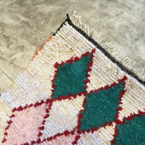 Boucherouite n°837 - Berlingot, tapis berbère, fait à la main, moroccan rugs, blanc et motifs colorés, rag rug, emerald green, couloir, home, interior design, décoration moderne