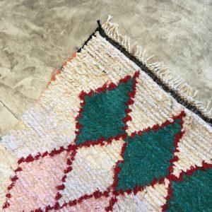 Boucherouite n°837 - Berlingot, tapis berbère, fait à la main, moroccan rugs, blanc et motifs colorés, rag rug, emerald green, couloir, home, interior design, décoration moderne
