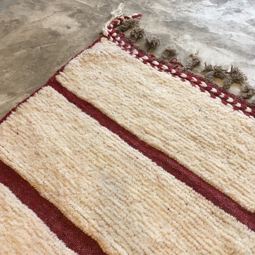 Beni Ouarain N°839 - Pavillon, moroccan rug, made of sheep wool, blanc et bordeaux, noué et brodé, contemporain deco, artisanat de marrakech