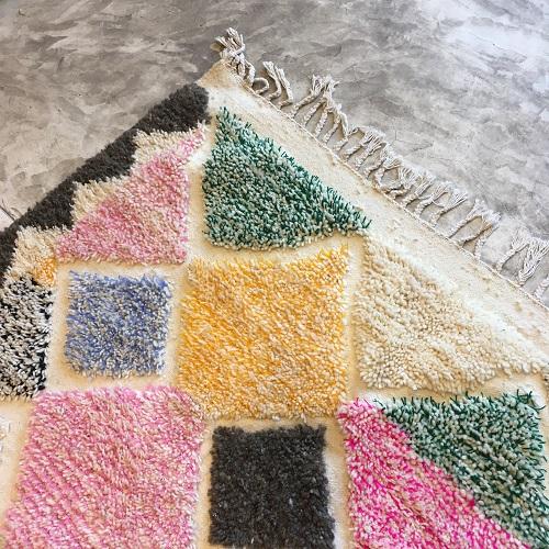 Beni Ouarain N°843 - Dragibus, tapis marocain, noué, lignes brodées, coloré, home & co, interior design, artisanat du maroc, tapis berbère, chambre d'enfant, girls room