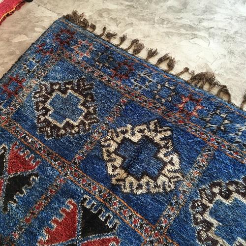 Beni Mguild n°846 - Istanbul, tapis marocain ancien, bleu, motifs berbère, handmade, wool, contemporain deco, home, salon moderne, design d'intérieur, marrakech artisanat, vintage carpets of morocco