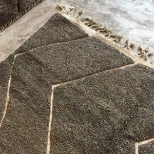 Beni Ouarain n°883 - Cottage, tapis marocain, laine, noué, tapis du montagnes de moyen Atlas, hand knotted, home deco, design d'intérieur, moroccan rug, grey & white lines embroided