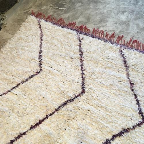 Boucherouite n°877 - Orchidée, tapis en coton, blanc et violet, hand knotted, rag rug, tapis marocain, fait à la main, artisanat du maroc, salon contemporain, home & deco, architectural digest, atlas mountain rugs, mancrafts, tissu recyclé