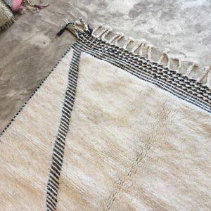 Beni Ouarain n°879 - Rio Santa, tapis marocain, blanc et noir, hand-knotted, wooly rug, soft, lignes brodées, épais, deco, chambre, canapé en cuir, marrakech artisanat