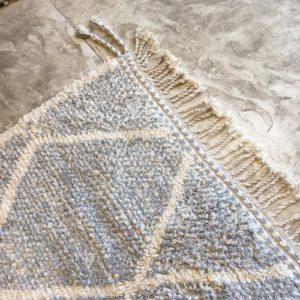 Beni Ouarain N°925 - Riz au lait, tapis en laine, blanc et gris, handmade in morocco, atlas mountain rugs, deco, home, salon contemporain, artisanat du marrakech