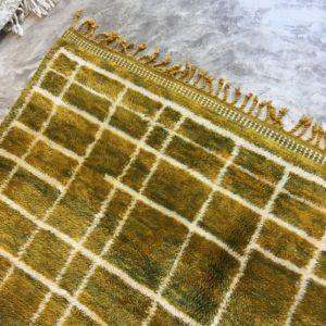 Beni Mrirt N°927 - Sunshine, handmade rug, couleurs jaune et vert kaki, top qualité de laine, salon contemporain, marrakech artisanat, les tapis des montagnes d'Atlas