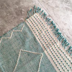 Zanafi n°938 - Fluor, tapis tissé, vert, laine, handmade, moroccan rug, furniture, deco, entrée, kids room, artisanat de marrakech, motifs blancs, design d'intérieur