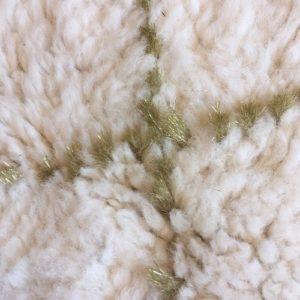 Beni Ouarain n°957 - Gold, tapis marocain, laine, noué, tapis du montagnes de moyen Atlas, hand knotted, home deco, design d'intérieur, moroccan rug, white & gold lines