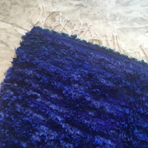 Boucherouite n°965 - Schtroumff, tapis en chutes de coton, bleu, handmade by berber women, artisanat du marrakech, tapis contemporain, salon, garden rug, beautiful rug, home, design, rag rug, recycled coton, tapis salon