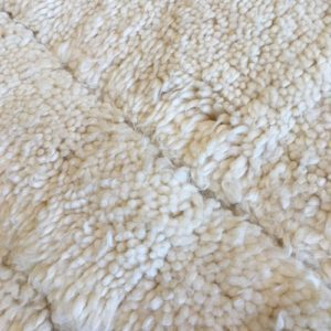 Beni ouarain n980- Flipper, blanc, brodé, laine, épais, handmade, knotted, marrakech, morocco rug