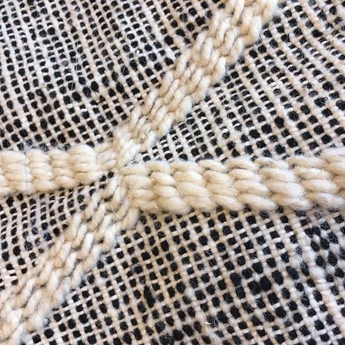 Zanafi n°999 - Valet, tapis en laine, tissé, blanc et noir, handmade in morocco, berber rugs, deco home, design d'intérieur, tapis chambre, descentes de lit, artisanat marocain, marrakech