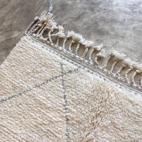 Beni Ouarain N°998 - Perle, tapis en laine, blanc et gris, handmade in morocco, atlas mountain rugs, deco, home, salon contemporain, artisanat du marrakech