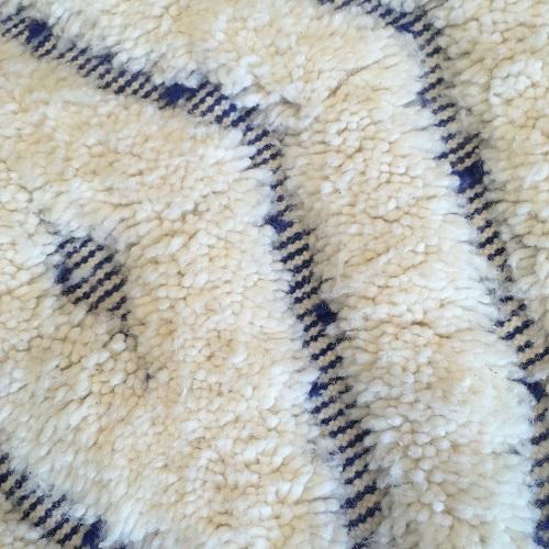 Beni Ouarain N°1006 - Gnavie, tapis marocain, home & deco, artisanalement fabriqué à la main, blanc et bleu, moitié noué, moitié tissé, tapis traditionel
