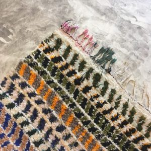 Boucherouite n°1011 - Ribambelle, tapis berbère, fait à la main, moroccan rugs, blanc et motifs colorés, rag rug, emerald green, couloir, home, interior design, décoration moderne