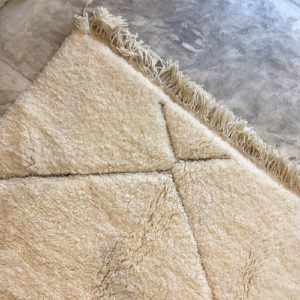 Beni ouarain n1010- Santa cruz, blanc, brodé, laine, épais, handmade, knotted, marrakech, morocco rug