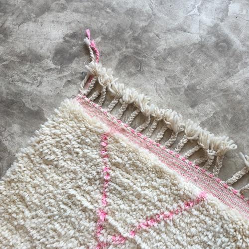 Beni Ouarain N°1023 - Rosa, tapis marocain, wool, handmade by berber women, deco & home, design d'intérieur, artisanalement fabrique au maroc, marrakech, blanc et rose