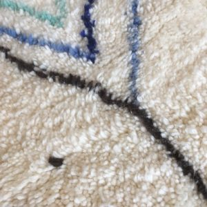 Beni Ouarain n°1029 - Maldives, tapis marocain, laine, noué, blanc et motifs coloré,handmade, room rug, contemporain, salon marocain, tapis du montagnes d'atlas, berber handicrafts, soft wool, deco, home design