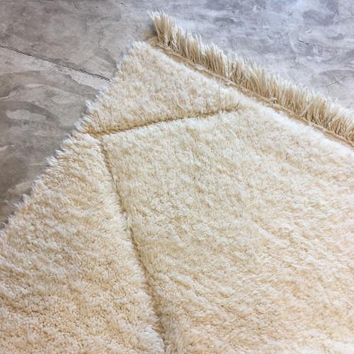 Beni ouarain n1044- blanche Colombe, blanc, brodé, laine, épais, handmade, knotted, marrakech, morocco rug