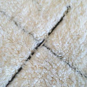 Beni ouarain n1025- Labyrinthe, blanc, noir, brodé, laine, épais, handmade, knotted, marrakech, morocco rug