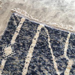 Azilal n1037 - Tatto, tapis marocain, épais, handmade rug, tapis de haut d'atlas montages, artisanat du marrakech, wool, motifs berbère, blanc, motifs colorés, smooth, deco