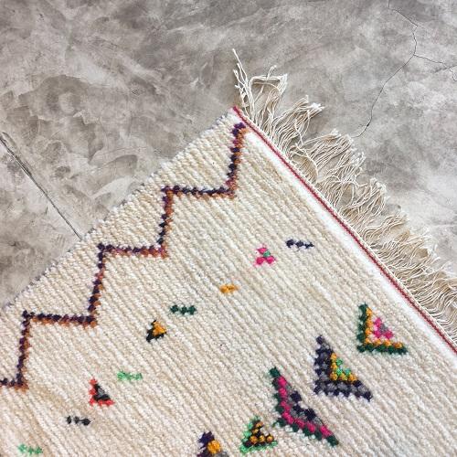 Azilal n1041 - Lou, tapis en laine, blanc, motifs coloré, moroccoan rugs, azilal type of rug, deco, furniture, chambre, couleurs naturelles, marrakech crafts