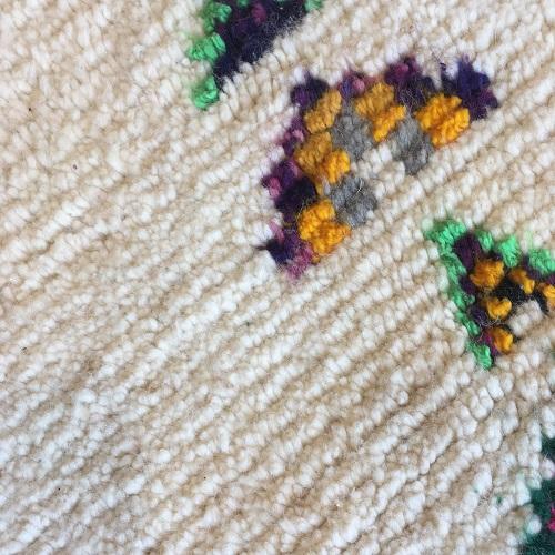 Azilal n1040 - Château fort, tapis en laine, blanc, motifs coloré, moroccoan rugs, azilal type of rug, deco, furniture, chambre, couleurs naturelles, marrakech crafts