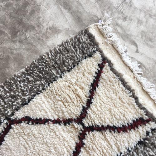 Beni Ouarain n1034 - Cosy, tapis en laine, berber rug, handmade, colored, gris, bordeaux, motifs berbère, artisanat du maroc, home, deco, design d'intérieur, tapis entrée, chambre, kids, carpet