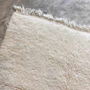 Beni ouarain n1049- White spirit, blanc, uni, laine, épais, handmade, knotted, marrakech, morocco rug