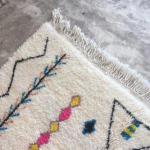 Beni Ouarain n°1058 - Bebob, tapis marocain, laine, noué, blanc et motifs coloré,handmade, room rug, contemporain, salon marocain, tapis du montagnes d'atlas, berber handicrafts, soft wool, deco, home design