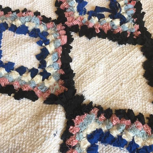 Boucherouite n1065 - Poulpe,tapis en laine, blanc, motifs coloré, moroccoan rugs, azilal type of rug, deco, furniture, chambre, couleurs naturelles, marrakech crafts