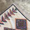 Boucherouite n°1068 - Sahara, tapis berbère, fait à la main, moroccan rugs, blanc et motifs colorés, rag rug, emerald green, couloir, home, interior design, décoration moderne