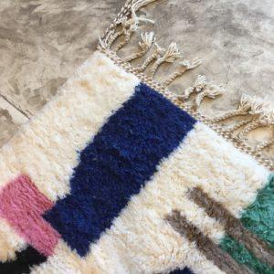 Beni Ouarain n°1079 - Mentos, tapis marocain, laine, noué, blanc et motifs coloré,handmade, room rug, contemporain, salon marocain, tapis du montagnes d'atlas, berber handicrafts, soft wool, deco, home design