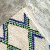 Azilal n1090 - Flash, tapis berbère, fait à la main, moroccan rugs, blanc et motifs colorés, rag rug, emerald green, couloir, home, interior design, décoration moderne