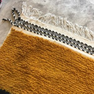 Beni Ouarain n°1120 - Hameçon, tapis marocain, laine, noué, blanc, jaune, gris, handmade, room rug, contemporain, salon marocain, tapis du montagnes d'atlas, berber handicrafts, soft wool, deco, home design